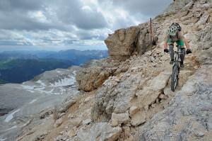 Claude fährt steile Felspassage